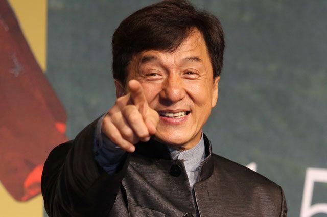Джеки Чан оказался заперт в машине со львом
