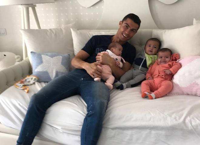 Все в сборе: в сети появились фото подросших близнецов Криштиану Роналду